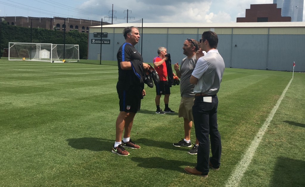 Rudy Fuller chatting with U.S. national team head coach Bruce Arena.